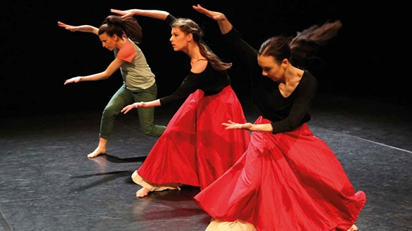 Simone Mousset, Elisabeth Schilling and Hannah Ma in Their Past (photo: Bohumil Kostohryz)
